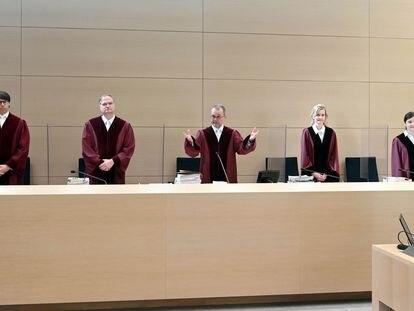 Peter Meier-Beck (en el centro), el presidente del Tribunal Federal de Justicia de Alemania, al comienzo de la sesión que ha fallado en contra de Facebook por su política de recolección de datos.