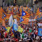 BARCELONA, 11/09/2021.- Cientos de personas participan en la manifestación convocada por la ANC en Barcelona con motivo de la Jornada 11 de septiembre, que se traslada desde la plaza Urquinaona hasta la Estación de Francia, donde se instala el escenario para la final. parlamentos.  EFE / Quique García