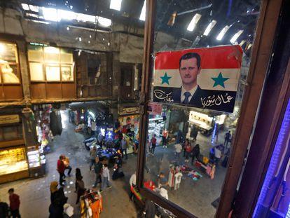 Cartel electoral del presidente sirio, Bachar el Asad, el miércoles en un bazar del centro histórico de Damasco.