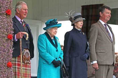 Desde la izquierda, Carlos de Inglaterra, Isabel II, la princesa Ana y su esposo Timothy Lawrence en un acto en Escocia en septiembre de 2018.