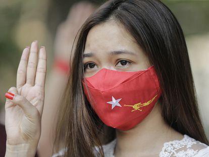 Una manifestante con una mascarilla del partido de Aung San Suu Kyi en la protesta de este sábado contra la junta militar en Yangón