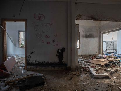 Un grafiti de un niño haciendo pompas de jabón en el muro de un edificio derruido por la explosión del puerto de Beirut.