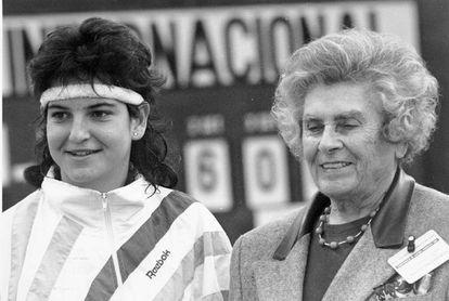 Junto a Arantxa Sánchez Vicario, tras proclamarse campeona de España en 1989. / EFE