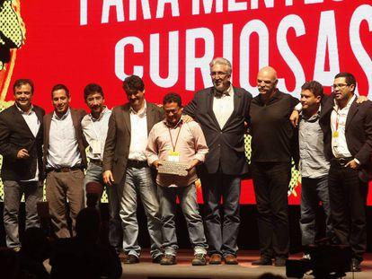 Miembros del equipo del equipo de 'El Faro' de El Salvador, después de recibir reconocimiento a la Excelencia en el premio Gabo 2016.