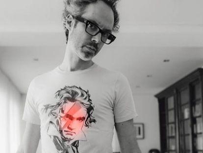 El autor con una camiseta homenaje a Beethoven | Vídeo de Saúl Ruiz.