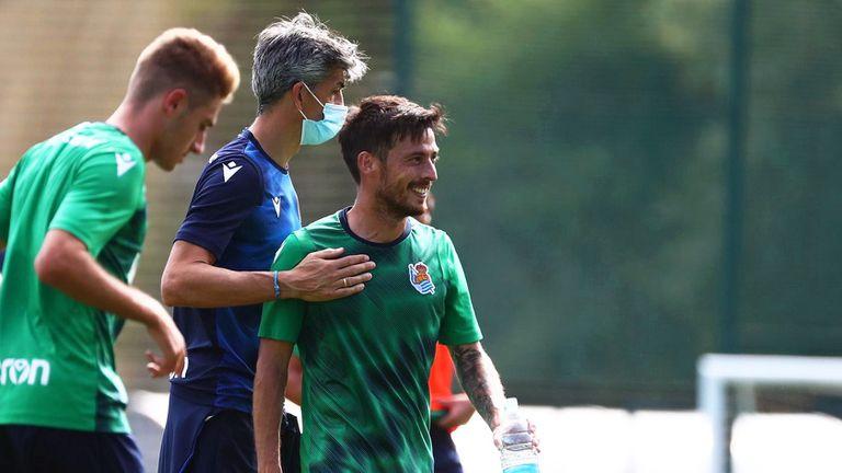 El entrenador de la Real Sociedad, Imanol Alguacil (centro), da una palmada en el pecho a David Silva en un entrenamiento esta semana en San Sebastián.