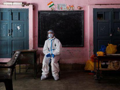 Una trabajadora sanitaria descansa dentro del aula de una escuela que se convirtió en un centro para realizar pruebas de covid-19 el 22 de junio de 2020.