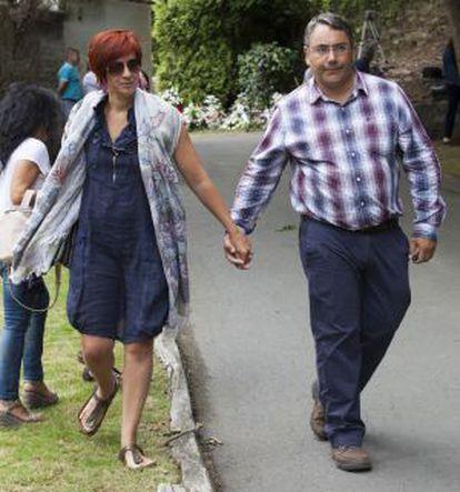 Sandra Ortega y su maridoen el entierro de Rosalía Mera
