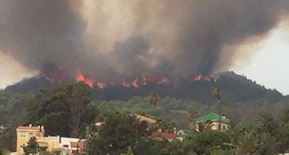 Imagen del incendio cerca del CETI de Ceuta, este lunes.