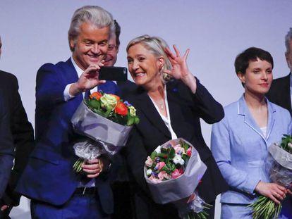 Marine le Pen y Geert Wilders, flanqueados por Matteo Salvini y Frauke Petry, en la reunión de la ultraderecha europea en Coblenza, el pasado 21 de enero, en Alemania.