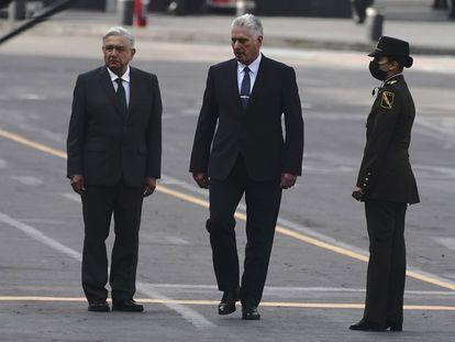 El presidente de Cuba, Miguel Díaz-Canel, acompaña al presidente de México, Andrés Manuel López Obrador, durante las celebraciones del Día de la Independencia.