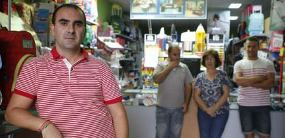 Faustino Carmona, en primer plano, con sus tres empleados en la librería que regenta en Los Palacios (Sevilla).