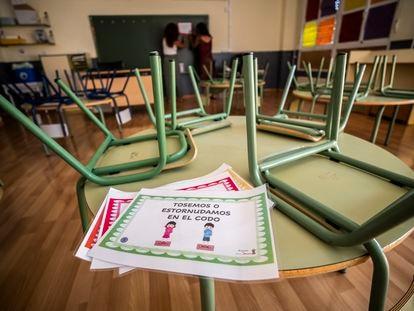 Preparación de una clase ante el inicio del curso escolar en un colegio público de Madrid.