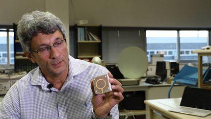 Jesús Grajal en las instalaciones de la Escuela Técnica Superior de Ingenieros de Telecomunicación de la UPM mostrando la antena con la que captan la energía de la wifi para otros dispositivos.