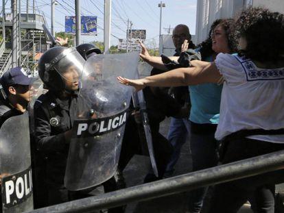 Antidisturbios de la Policía nicaragüense dispersan a los informadores, este sábado en Managua.