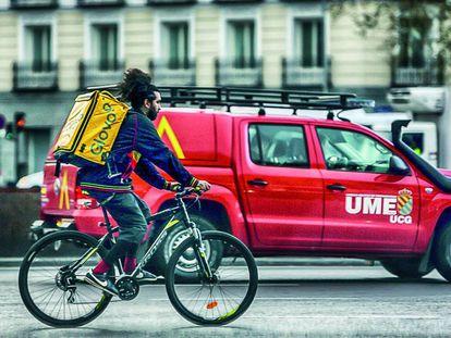 Repartidor de la empresa Glovo, el 15 de marzo en una calle de Madrid.