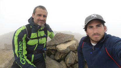 Nacho Sainz, a la derecha, y su amigo David en el Parque Nacional de Ordesa y Monte Perdido (Huesca).