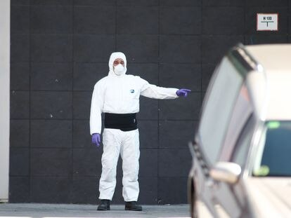 Un trabajador en el Palacio de Hielo de Madrid, habilitado como morgue.