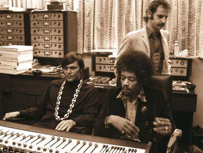 Jimi Hendrix con Gary Kellgren en los estudios de Record Plant en Nueva York en 1968.