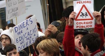 Algunos de los alumnos del colegio Luis Vives que protestaron cortando la calle Cuenca, ayer, en Valencia.