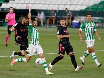 Benzema (i) remata un balón ante la presencia de Bartra (2i), Jovic (2d) y Mandi (d).