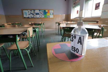 Un aula vacía en un colegio, cerrado por la pandemia.