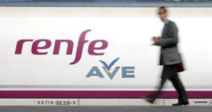 Un pasajero se dispone a subir a un vagón del tren AVE de la compañía Renfe que une las ciudades de Valencia y Sevilla. EFE/Archivo