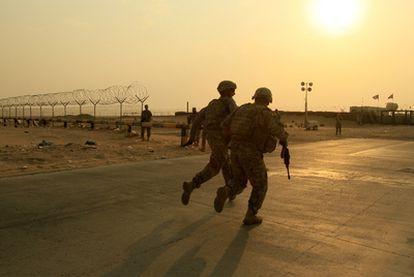 Integrantes del Segundo batallón estadounidense corren para cruzar la frontera.