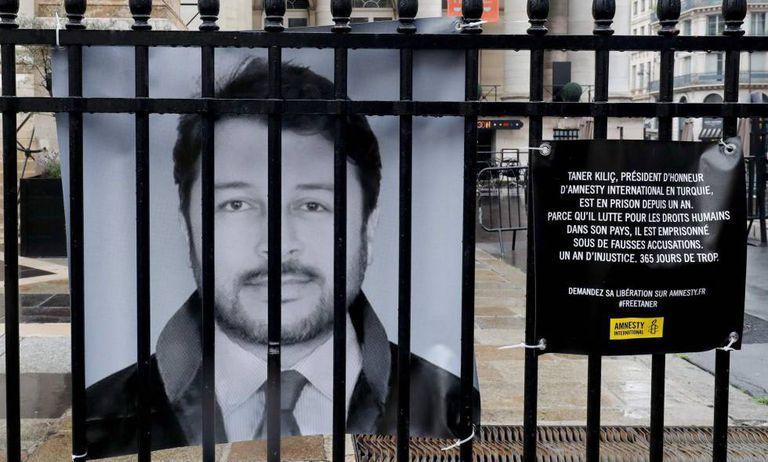 Una pancarta en París exige la liberación del presidente honorario de Amnistía Internacional en Turquía, Taner Kiliç, el pasado septiembre.