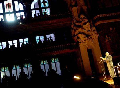 Josep Palau i Fabre lee uno de sus poemas en el Palau de la Música de Barcelona durante un festival de 2003.