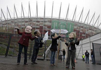 Protestas contra los líderes mundiales en la Cumbre del Clima de Varsovia.
