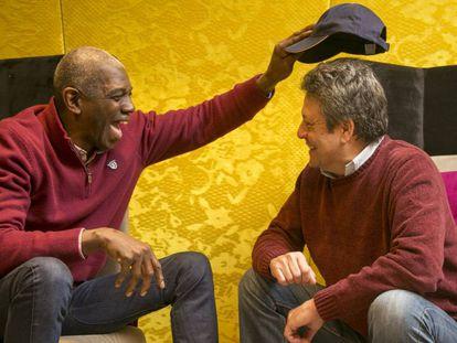 Nate Davis y Carmelo Cabrera bromean con la gorra del estadounidense durante la charla con EL PAÍS
