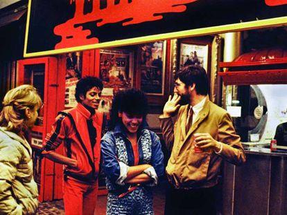 Michael Jackson, Ola Ray y John Landis (director de 'Thriller') durante el rodaje del videoclip. La foto pertenece al libro 'Michael Jackson: The Making of 'Thriller' 4 Days/1983', de Douglas Kirkland.
