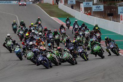 Salida de la categoría Supersport 300 del Gran Premio de Cataluña en la pista de Monmelo.