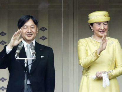 Naruhito y Masako saludan al público, este sábado.