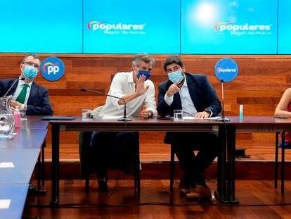 El alcalde de Murcia, José Ballesta, al fondo y a la izquierda, y el presidente regional Fernando López Miras, a la derecha, en una reunión del PP celebrada el año pasado en la capital murciana.