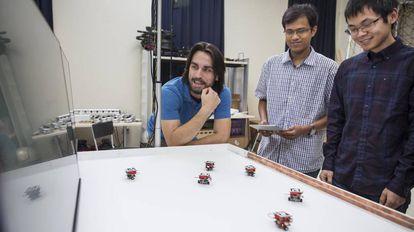 Los cientos de pequeños robots que se autorrecargan se pueden programar a distancia