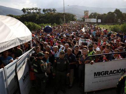 Numerosos venezolanos intentan cruzar la frontera con Colombia, en Cúcuta.
