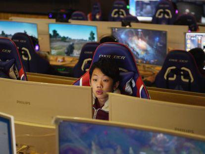Un niño juega a un videojuego en Shandong, al este de China.