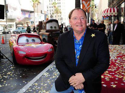 John Lasseter, en noviembre de 2011, con los personajes de 'Cars', cuando recibió su estrella del Paseo de la Fama de Hollywood.