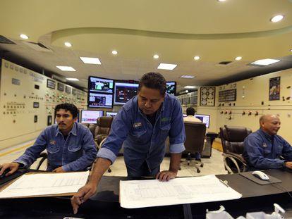 Empleados trabajan en instalaciones de la Comisión Federal de Electricidad (CFE) en el Estado de Chiapas.