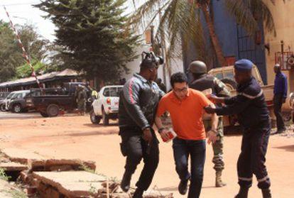La policía asiste a un rehén, tras dejar el hotel.