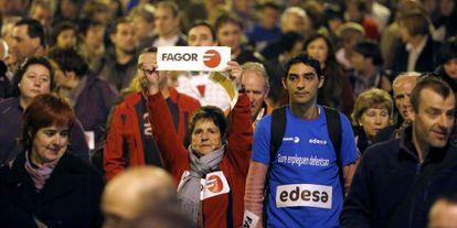 Trabajadores de Fagor se manifestaban este jueves en Mondragón en protesta por la crisis de la cooperativa.