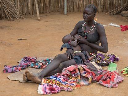 Una madre de la tribu larim amamantando a su hijo, en Imatong, Sudán del Sur.