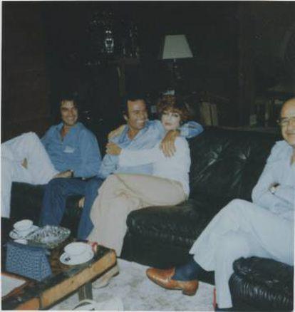 Julio Iglesias y Mimi Korman se abrazan en 1978 en Miami.