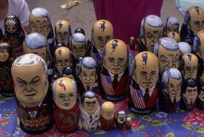 'Matrioskas' con rostros de políticos en un mercadillo de Moscú.