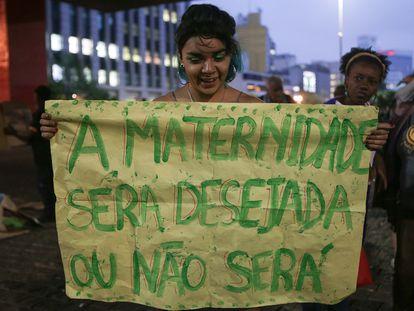 Una mujer muestra una pancarta en una manifestación a favor del aborto en São Paulo, Brasil, en 2018.