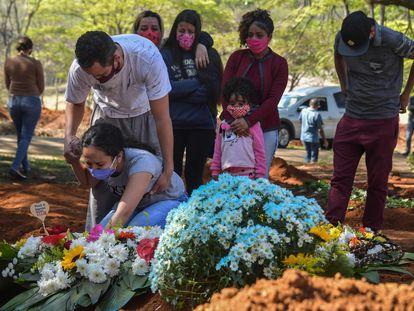 Familiares durante un funeral en el cementerio de Vila Formosa, en São Paulo.