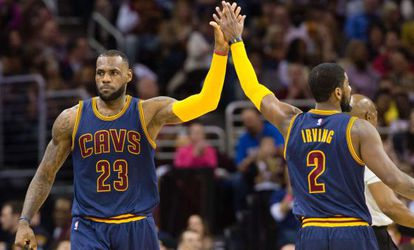 LeBron James choca la mano con Kyrie Irving.