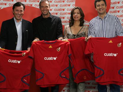 De izquierda a derecha, Paco González, Manu Carreño, Àngels Barceló y Manolo Lama, con la camiseta de la selección.